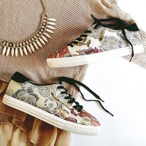 Nine west embroidered sneakers size 9.5